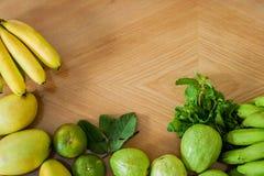 Flache Lage der Gruppe frischer Früchte auf hölzernem Hintergrund Flache Lage Hintergrund der gesunden Ernährung Lizenzfreies Stockbild