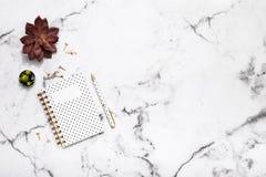 Flache Lage der Marmortabelle mit Goldstationärem Zubehör, -notizbuch und -stift für Bloggers, Studenten, Büro Lizenzfreie Stockbilder