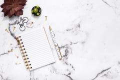 Flache Lage der Marmortabelle mit offenem Notizbuch und Stift für die Planung, Bloggers, Studenten, Büro Lizenzfreie Stockfotografie