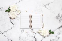 Flache Lage der Marmortabelle mit offenem Notizbuch und Stift für Heiratsplanung, Bloggers, Studenten, Büro Stockfoto