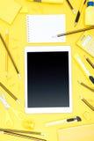Flache Lage des Büroartikels, der digitalen Tablette, des Notizblockes und der Bleistifte Stockfotografie
