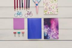 Flache Lage des bunten Büro- und Schulbriefpapiers Lizenzfreie Stockfotografie