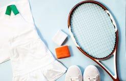 Flache Lage des gesunden Lebensstils des Sports und der Eignung mit Tennisschläger und athletischer Abnutzung lizenzfreies stockfoto