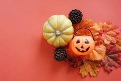 Flache Lage des Laternen-Kürbisgesichtes Jacks O auf Herbstlaub stockfotos