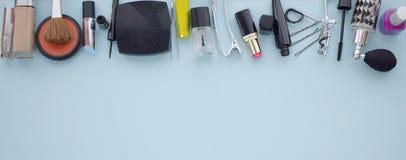 Flache Lage des Makes-up und der Kosmetik mit Kopienraum Stockbild