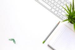 Flache Lage des modernen weißen Schreibtischs mit Geschäftseinzelteilen und -anlage Stockbild