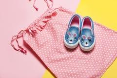 Flache Lage des rosa Kleides und der Schuhe auf rosa und gelbem Hintergrund Draufsicht, flache Lage Sommerkleidung eingestellt Mä Lizenzfreie Stockfotografie