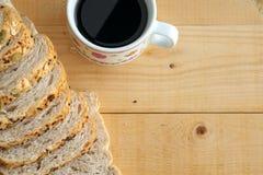 Flache Lage des Vollweizenbrotes und und des Kaffees auf Holztisch Stockbild