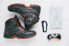 Flache Lage des Wanderstiefels, der Brillen, des carabiner und der Karte Lizenzfreies Stockfoto