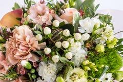 Flache Lage einer schönen florish Blumenstraußzusammensetzung auf dem weißen Hintergrund Lizenzfreie Stockbilder