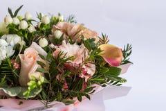 Flache Lage einer schönen florish Blumenstraußzusammensetzung auf dem weißen Hintergrund Stockfoto
