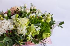 Flache Lage einer schönen florish Blumenstraußzusammensetzung auf dem weißen Hintergrund lizenzfreie stockfotografie