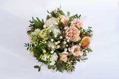Flache Lage einer schönen florish Blumenstraußzusammensetzung auf dem weißen Hintergrund lizenzfreies stockfoto