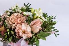Flache Lage einer schönen florish Blumenstraußzusammensetzung auf dem weißen Hintergrund Stockfotografie