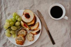 Flache Lage eines gesunden vegetarischen Frühstücks mit ftuits Gebäck lizenzfreies stockbild