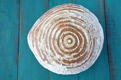 Flache Lage eines runden Brotes Stockfoto