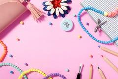 Flache Lage Frau ` s von Lebensstil, von Zubehör und von Kosmetik mit rosa Hintergrund lizenzfreies stockfoto