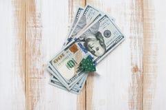 Flache Lage hundert Dollar mit Wäscheklammern verzierte Christm Lizenzfreies Stockfoto