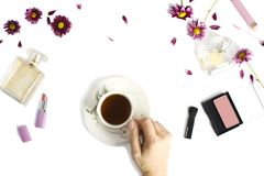 Flache Lage mit Flaschen Parfüm, Frau bilden Produkte, Blumen und Tasse Tee stockfoto