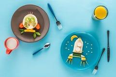 Flache Lage mit kreativ angeredetem Kind-` s Frühstück mit Getränken lizenzfreies stockbild