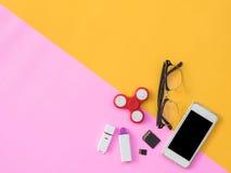 Flache Lage stationär auf rosa und gelbem Hintergrund Stockbild