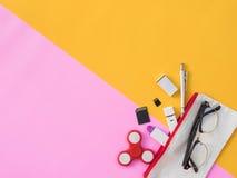 Flache Lage stationär auf rosa und gelbem Hintergrund Stockfotos