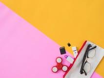 Flache Lage stationär auf rosa und gelbem Hintergrund Lizenzfreies Stockbild
