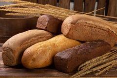 Flache Lage verschieden von den Broten auf hölzernem Hintergrund mit Kopienraum Bäckerei, Nahrungsmittelkonzept stockfotos