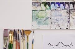Flache Lage von Bürsten, von Papier und von Palette des Aquarells Stockfotos