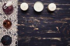 Flache Lage von dekorativen Kosmetik und von Parfümen stockfotografie