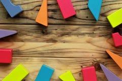 Flache Lage von hellen bunten hölzernen Zahlen zerstreute auf hölzerne hellbraune Planken, abstrakter Hintergrund Lizenzfreie Stockfotografie