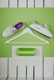 Flache Lage von modernen weißen Schuhen Obenliegende Draufsicht-Fotografie Jugend-Lebensstil-Konzept Grün-Farbe des Jahres 2017 Lizenzfreie Stockfotos