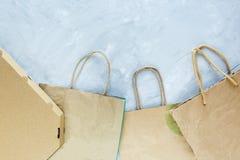 Flache Lage von Papierabfällen als Taschen, Kästen bereit zur Wiederverwertung auf grauem Hintergrund Ökologiesorgfalt und -sozia stock abbildung