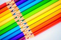 Flache Lage von scharfen bunten Bleistiften Lizenzfreie Stockfotos