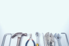 Flache Lage von Schlosserausrüstungen und von Werkzeugen, weißer Hintergrund, Co Stockfotografie