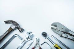 Flache Lage von Schlosserausrüstungen und von Werkzeugen, weißer Hintergrund, Co Stockfotos