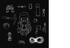 Flache Lage von touristischen Einzelteilen: Seil, Rucksack, Messer, Kamera, Ferngläser, Uhr, Flasche, Becher, Axt, Fackel, carabi Lizenzfreie Stockfotografie