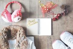 Flache Lage von Wintermodeeinzelteilen, von leerem Notizbuch und von Weihnachten Lizenzfreie Stockbilder