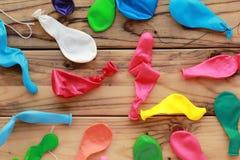 Flache Lage von zerstreuten bunten unblown Ballonen Lizenzfreies Stockfoto
