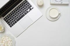 Flache Lageansicht eines Laptops und des Zubehörs mit einem Kopienraum Stockfotografie