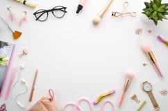Flache Lagemodell-Rahmenzusammensetzung mit Kosmetik, Make-upwerkzeuge, auf weißen Hintergrundrosafarben Schönheit, Mode, Partei Stockfotografie