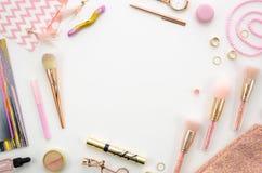 Flache Lagerahmen-Modellzusammensetzung mit Kosmetik, Make-upwerkzeuge, auf weißen Hintergrundrosafarben Schönheit, Mode, Partei Stockbilder