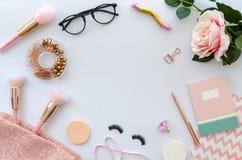 Flache Lagerosazusammensetzung mit Kopienraum, leerer Anmerkung, Kosmetik, Make-upwerkzeuge, Gläser und stieg auf weißen Hintergr stockbild