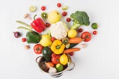 Flache Lagezusammensetzung des bunten Gemüses und der Früchte im Sieb lokalisiert auf weißem Hintergrund stockbild