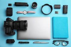 Flache Lagezusammensetzung mit Fotograf ` s Ausrüstung und Zubehör stockfotografie