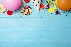 Flache Lagezusammensetzung mit Geburtstagsfeiereinzelteilen stockbild