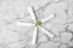 Flache Lagezusammensetzung mit hygienischen Lippenstiften lizenzfreie stockbilder
