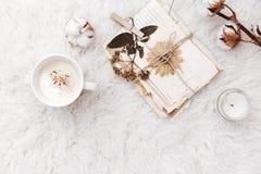 Flache Lagezusammensetzung mit Kaffee, trockene Blumen, Stockbilder