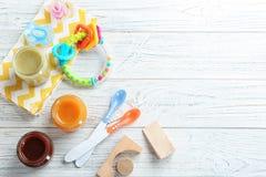 Flache Lagezusammensetzung mit Säuglingsnahrung und Zubehör stockfoto
