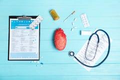 Flache Lagezusammensetzung mit Stethoskop und Pillen Lizenzfreies Stockbild